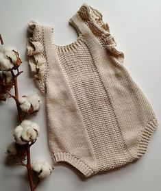 Knitted Baby Clothes, Knitted Romper, Ruffle Romper, Baby Knitting Patterns, Baby Patterns, Free Knitting, Vintage Knitting, Baby Romper Pattern, Pull Bebe