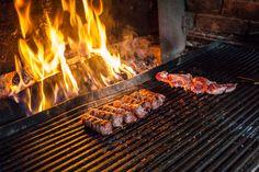Quintessentially romanian food - mititei bbq Romanian Food, Tel Aviv, Main Meals, Taxi, Olives, Street Food, Carne, Foodies, Sausage