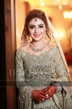 New Pakistani Bridal Hairstyles to Look Stunning Pakistani Bridal Hairstyles, Pakistani Bridal Makeup, Pakistani Wedding Dresses, Bridal Lehenga, Indian Bridal, Engagement Hairstyles, Bride Hairstyles, Hairstyle Ideas, Robe Anarkali