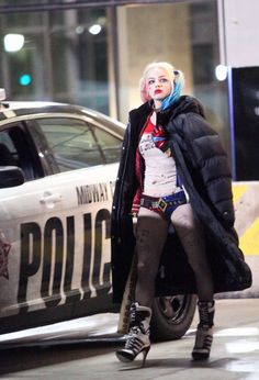 Margot robbie as Harley quinn on set of suicide squad. Harley Quinn Halloween, Harley Quinn Comic, Harley Quinn Cosplay, Joker And Harley Quinn, Arlequina Margot Robbie, Margot Robbie Harley Quinn, Movies And Series, Dc Movies, Harely Quinn