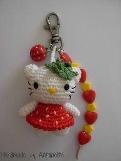 Strawberry Kitty Bagcharm handmade kniting jewelry, bag decor and boho flowers Crochet Owls, Crochet Motif, Crochet Crafts, Crochet Yarn, Yarn Crafts, Crochet Projects, Crochet Patterns, Hello Kitty Crochet, Crochet Keychain