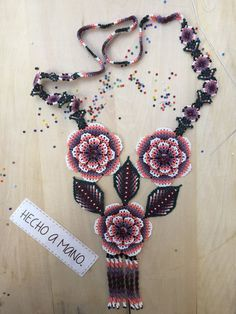 Pink BERE necklace whit earring & bracelet flowers handmade by Mexican… Seed Bead Jewelry, Seed Beads, Beaded Jewelry, Flower Necklace, Crochet Necklace, Beaded Necklace, Collars, Beaded Flowers, Bead Weaving