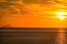 San Lucido's sunset #sunsets #sun #goldenhour #sea #sanlucido #calabriainfoco #europe #eurotrip #calabria #stromboli
