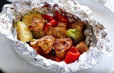 Heerlijke kippakketjes in aluminiumfolie uit de ovenBakken in aluminiumfolie is een echte aanrader; de sappen uit je groenten en vlees worden behouden en zorgen voor een malser geheel en een lekkerdere smaak. Probeer het eens met deze simpele kippakketjes met groenten; binnen 30 minuten klaar!