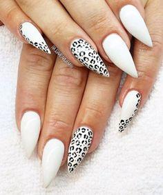 Unghie a punta di colore bianco con impronte nere, idea stravagante per una manicure elegante