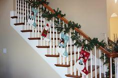 Ideas interesantes para la decoración de escaleras en Navidad, puedes ver más en http://fotosdedecoracion.com/
