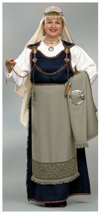Muinais-Karjalan puku. Viikinki- ja ristiretkiaika [1000-1200-lukujen], Muinaispuvut heijastavat aikakautensa käsityötaidon korkeaa tasoa. Puvut ja niihin kuuluvat korut kertovat, kuinka vaatteilla ilmaistiin ihmisten sosiaalista asemaa.Juhla-asuja koristivat näyttävät ketjulaitteet,hopeasoljet sekä kullankiiltävät pronssispiraalit.Suomalaisia muinaispukuja voidaan Euroopankin mittapuun mukaan pitää ainutlaatuisina vaatteen välittäminä viesteinä vuosituhannen takaa.