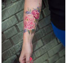 Une profusion de fleurs sur l'avant-bras