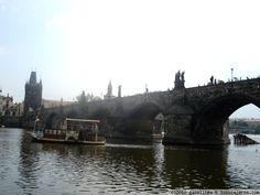 Puente Carlos IV desde el rio de Praga Vista del puente desde el rio.  Desgraciadamente la foto a causa de la lluvia no me salio muy clara :(