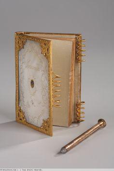 Carnet de bal Charles X en nacre et bronze doré, travail du Palais-Royal - Galerie Atena