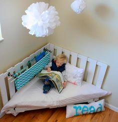 Super süße Idee wie ich finde und sogar mit Bauanleitung von kojodesign in zwei Teilen. Die Leseecke im Kinderzimmer. Ich würde das Regal mit den Büchern vermutlich nicht direkt in die Leseecke hängen (ich bin paranoid, was harte Gegenstände in Kopfhöhe angeht), aber sonst: Top! Und was sagt ihr? Brauchbare Idee? Oder ist ein Bett …