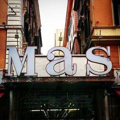 MAS era un posto magico: tre piani in cui vendevano tutto  dal levatorosoli agli anfibi color vinaccia dei mie vent'anni.  Oggi resta solo un piano  di mutande e calzini in cestoni  la tristezza