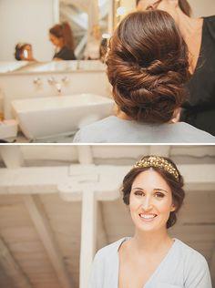 Romántico recogido de novia adornado con corona de flores de cera doradas {Foto, Sara Lobla / Peluquería, Mónica Roldan / Corona, Suma Cruz}