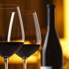 Vino valtellinese Scoprite la storia e il gusto dei vini della Valtellina che, fin dai tempi dei Romani, è terra di viti e vino. Provate ad attraversare la vallata: sarete sorpresi dallo straordinario sistema terrazzato con una miriade di muretti a secco in sasso che rendono possibile la coltivazione della vite nelle zone ripide e più soleggiate delle Alpi Retiche.