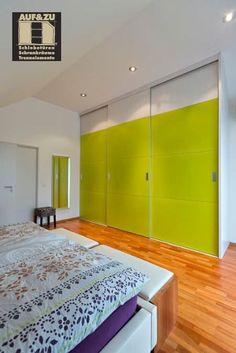 Der Einbauschrank wird immer beliebter. Gerade und aufgeräumte Formen sind modern und entsprechen dem Zeitgeist. Diese lassen sich jedoch nur mit eingepassten Einbauschränken realisieren, die keinen Platz für Interpretationen lassen. Der moderne Einbauschrank ist kein normales Möbelstück. Er ist ein Meisterwerk der Schreinerkunst und verbindet Design mit Stauraum. Divider, Garage Doors, Outdoor Decor, Modern, Room, Furniture, Design, Home Decor, Closet Storage