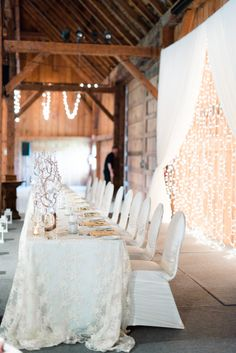 ideas for wedding rustic backdrop twinkle lights Rustic Wedding Backdrop Reception, Head Table Wedding, Rustic Backdrop, Barn Wedding Decorations, Wedding Rustic, Rustic Head Tables, Head Table Backdrop, Edison Lighting, Diy Décoration
