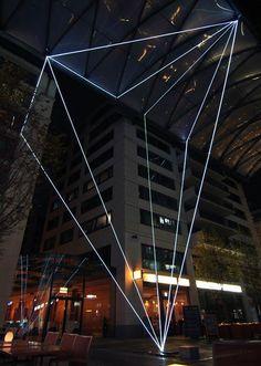Les créations de l'artiste italien Carlo Bernardini, qui cherche à redefinir les espaces et les limites grâce à des formes géométriques lumineuses. Carlo Bernardini travaille depuis 1996 sur des installations abstraites réalisées en fibre optique et acier. #ufunk