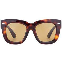 Une paire de lunettes de soleil XXL