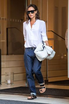 Style celebrity casual victoria beckham ideas for 2019 Victoria Beckham Outfits, Victoria Beckham Stil, Casual Chic, Work Casual, Paris Hilton, Look Fashion, Trendy Fashion, Womens Fashion, Fashion 2018