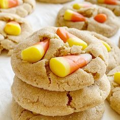 candy corn cookies CANDY CORN COOKIES Soft-baked delicious peanut butter cookies topped with candy corn! Peanuts + candy corn is basically the best combo, right or no? Turkey Recipes, Pie Recipes, Crockpot Recipes, Dessert Recipes, Cooking Recipes, Fall Desserts, Candy Corn Cookies, Sugar Cookies, Cookies Soft