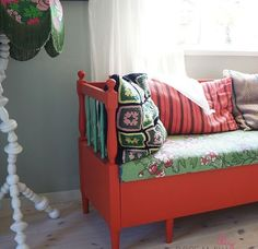 Decorated in Carl Larsson style Painted Couch, Painted Furniture, Repurposed Furniture, Vintage Furniture, Carl Larsson, Kitchen Couches, Diy Furniture Tutorials, Couch Makeover, Swedish Kitchen