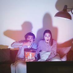 Casal assistindo a um filme de terror Fo... | Free Photo #Freepik #freephoto #amor #mulher #luz #homem