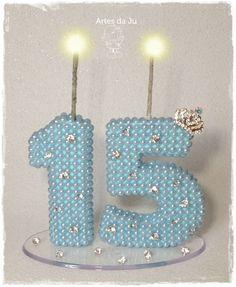 Lindo topo de bolo para debutante com pérolas, coroa e pedras de strass.    Personalize a festa da sua filha, com esse lindo topo e guarde de recordação.    Importante: O topo pode ser feito com qualquer idade e não necessariamente somente para 15 anos, e pode ser feita na cor de sua preferência ... Birthday Centerpieces, Birthday Decorations, Artist Brush, Cake Toppers, Numbers, Scrap, Candles, How To Make, Crafts