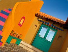 En medio del verde y la piedra, irrumpen mágicas dos casas de ensueño, Guadalupe y Frida, singulares, coloridas, mexicanas y eclécticas.Ofre...