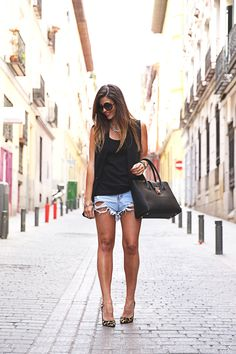 trendy-taste-look-outfit-street-style-ootd-blog-blogger-fashion-spain-moda-españa-leo-print-estiletos-mas34-leather-bag-denim-shorts-vaqueros-rotos-1