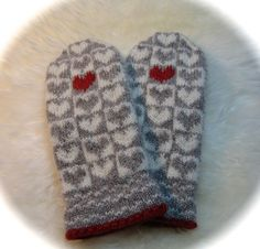 Ravelry: Alle Hjerter Vott pattern by Lill C. Knitted Mittens Pattern, Knit Mittens, Knitted Gloves, Knitting Socks, Hand Knitting, Knitting Charts, Knitting Patterns, Crochet Patterns, Norwegian Knitting