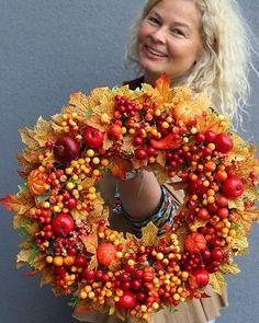 Fall Wreaths, Christmas Wreaths, Christmas Decorations, Modern Floral Arrangements, Flower Arrangements, Flower Wall Decor, Flower Decorations, Autumn Decorating, Fall Decor
