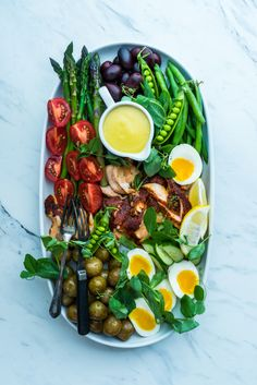 This is a great new spin on the classic Nicoise Salad. Blackened Salmon Nicoise from Dennis the Prescott. This might be what is for dinner tonight. Salmon Nicoise Salad, Cena Light, What Is For Dinner, Blackened Salmon, Clean Eating, Healthy Eating, Cooking Recipes, Healthy Recipes, Food Platters