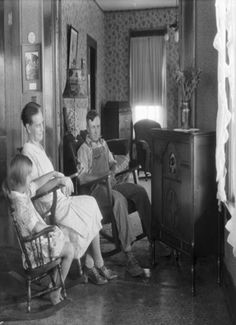 Listen to old time radio shows for free. Hear some of the greatest shows ever produced for radio and some recordings of major historical events. Radios, Vintage Pictures, Old Pictures, Vintage Images, Retro Images, 1940s, Old Time Photos, Radio Antigua, Old Time Radio