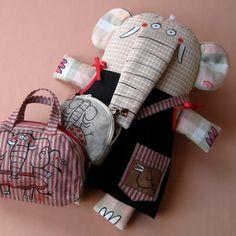 """Hračka SLONIČKA TONIČKA JEDE NA PRÁZDNINY Tvarovaná hračka s kresbou z volné ruky. Slonička má patery snímatelné šatičky, malé sloní """"děcko"""", kabelenku přes rameno a také cestovní tašku na všechny svoje nezbytnosti. Materiál - z líce kanafas, z rubu také kanafas ... a vzadu ocásek :o), výplň duté vlákno. Modrotiskové a plátěné šatičky s kapsami a orig obrázky ..."""