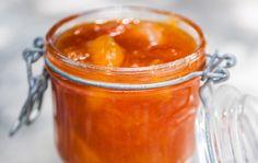 Persikkahillo Persikkahillo on ihanan tahmea ja kanelinen herkkuhillo, joka tuo aamupöytään auringon. Ohjeella valmistat noin 1 kg:n persikkahilloa. 1. Huuhdo hedelmät, halkaise ja lohko. Mittaa hedelmälohkot, vesi, sitruunan raastettu kuori ja mehu sekä kaneli kattilaan. Kiehauta ja lisää hillosokeri. Keitä hiljalleen noin 45 minuuttia. 2. Poista kanelitangot ja kaada persikkahillo puhtaisiin, kuumiin tölkkeihin.