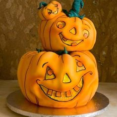 We Have Gathered Some Seriously Lovely Pumpkin Treats From Cookies, To Cakes, Macarons And Rice Crispies That Will Definitely Be A Hit This Halloween! Halloween Torte, Pasteles Halloween, Bolo Halloween, Dessert Halloween, Theme Halloween, Halloween Goodies, Halloween Treats, Halloween Pumpkins, Halloween Designs