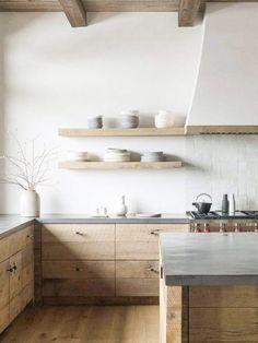 Le style slow nous invite à revoir ce qui est essentiel et cette démarche à du sens dans la cuisine. Mieux manger, prendre le temps de cuisiner, prendre le temps de passer de moments moments en famille et entre amis. Les ambiances slow mettent tout ceci au coeur de la décoration. Sur le blog, je vous explique comment mettre en oeuvre une décoration slow dans votre cuisine.  #décoration #slow #slowdéco #slowIntérieur #cuisine #douceur #bois #blanc #hôte #pierre #matériaux #douceur #naturel Minimal Kitchen Design, Rustic Kitchen Design, Minimalist Kitchen Inspiration, Minimalistic Kitchen, Minimal Design, Elegant Kitchens, Cool Kitchens, Light Wood Kitchens, Modern Kitchens