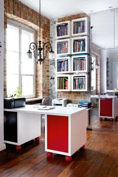 Biurko, przy którym pracuje Hubert, na co dzień oddziela od reszty pomieszczenia parawan. Daje on poczucie, że przestrzeń biurowa nie miesza się z mieszkalną. Białe regały pojawiły się w domu również za sprawą Huberta.