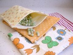 Cheryl from Sew Can Do shows how to make her Ultimate Reusable Snack Sack. While most reusable snack bags are made as flat pouches, hers is a drawstring bag with a round bottom. Wet Bag Tutorials, Lunch Bag Tutorials, Sewing Tutorials, Sewing Patterns, Sewing Ideas, Bags Sewing, Purse Patterns, Fabric Crafts, Sewing Crafts