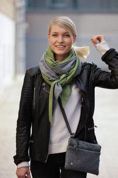 Schal aus feinstem Loden aus 100% Merinowolle. Das Schultertuch besticht durch ein angenehmes Tragegefühl. Das Dreieckstuch ist personalisierbar durch ein individuelles Monogramm und somit ein perfektes Geschenk. Passend zum modernen Outfit und zu Dirndl und Tracht.----- Shawl made from finest loden from 100% merinowool.  Scarf, shoulder scarf. Suitable to modern outfits and traditional clothes like dirndl. Perfect personalised Gift. #scarf #austriandesign #merinowool Moderne Outfits, Winter Outfits, Casual Outfits, Gift Ideas, Fall, Fashion, Special Gift For Boyfriend, Confident Woman, Shawl