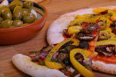 Er zijn meerdere manieren om zelf makkelijk een lekkere vegan pizza te maken. Veel supermarkten verkopen kant-en-klare bodems, waar je alleen nog je eigen beleg op hoeft te doen. Het is lekker om hier nog een sausje op te doen, daarvoor staan de ingrediënten in dit recept vermeld. Ook bestaat er van Albert Heijn een 'pizza-kit', die een deeg en pizza saus bevat. Beide zijn te vinden in de koeling.