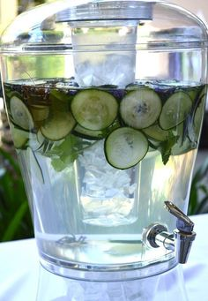Fruit Infused Water Recipes & A Delicious Strawberry Lemonade! Infused Water Detox, Infused Water Bottle, Infused Waters, Water Bottles, Mint Water, Spa Water, Water With Fruit, Vitamin Water, Flavored Water Recipes