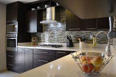 Busca imágenes de diseños de Cocinas estilo moderno: Cocina Thermofoil Espresso  4. Encuentra las mejores fotos para inspirarte y y crear el hogar de tus sueños.