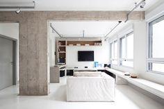 o-sofa-creme-carbono-design-para-sala-de-tv-e-canto-escritorio-delimita-os-espacos-ao-lado-um-grande-banco-de-concreto-envolve-o-apartamento-perdizes--pode-ser-usado-como-assento-1448998788659_1280x853.jpg (1280×853)