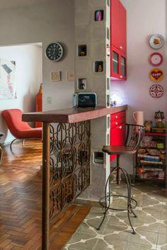 A casa de Nanda Goulart - Amei tudo nessa imagem: O ladrilho, a divisoria da bancada feita em bloco revestido,  o apoio da bancada usando grade ornamental antiga, a cadeira, TUDOOO