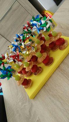 Poffertjes met aardbei en druif  op saté Poffertjes, Gabriel, Gift Wrapping, Foods, Party, Gifts, Gift Wrapping Paper, Food Food, Archangel Gabriel