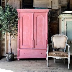 Scandinavian Pink is a traditional Swedish-style pink in the Chalk Paint® palette. Annie Sloan first developed her signature range of furniture paint in calling it 'Chalk Paint' because of this decorative paint's velvety, matte finish. Pink Furniture, Wardrobe Furniture, Painted Bedroom Furniture, Chalk Paint Furniture, Apartment Furniture, Cool Furniture, Kitchen Furniture, Chalk Paint Wax, Reclaimed Furniture