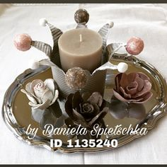 Einfache Tischdeko selbstgemacht. Ihr benötigt hierzu eine Konservendose, eine Blechschere, und Styroporkugeln. Gestaltet wurde mein Exemplar mit folgenden Gonis-Produkten.  GoniDecor, OutdoorDecor, Eiskristall, Reliefpaste.  Die Rosen wurden aus Eierkarton gestaltet, mit RubbelColl geklebt und mit GoniDecor bemalt :-)