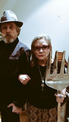 So Carrie Fisher possesses but I managed to wrestle that from her pampered mouth! Star Wars Mark Hamill Luke Skywalker and Princess Leia Carrie Fisher, Star Wars Cast, Star Trek, Star Wars Brasil, Starwars, Humour Geek, Humor, Princesa Leia, Debbie Reynolds