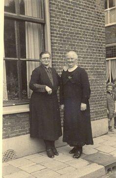 """""""Daar staan ze dan te poseren, de twee zussen Geertje en Pietje, die mijn oma was en 93 is geworden. In die jaren altijd in een donkere jurk met wit kraagje, die zij zelf maakte. Donkerblauw of donkerrood met een wit stipje of klein wit bloemetje. En Tante Geertje met een befje voor, zo heette dat."""" Nelle #fotoschrijven"""